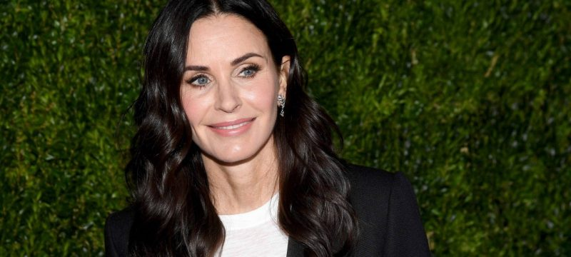 Courteney Cox Recreates Iconic 'Friends' Thanksgiving Scene